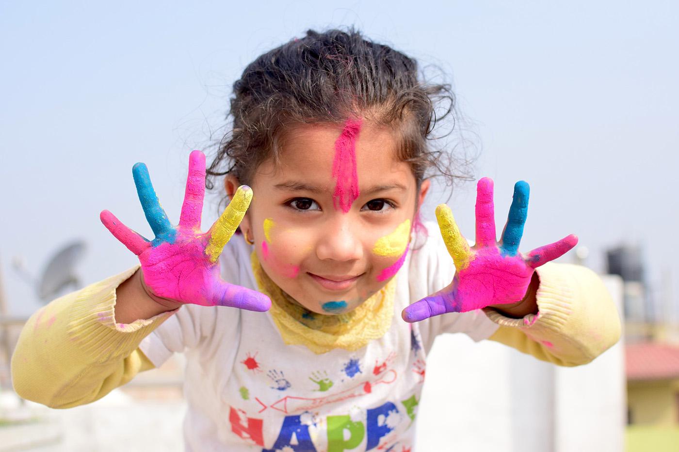 Mädchen mit Handfarben